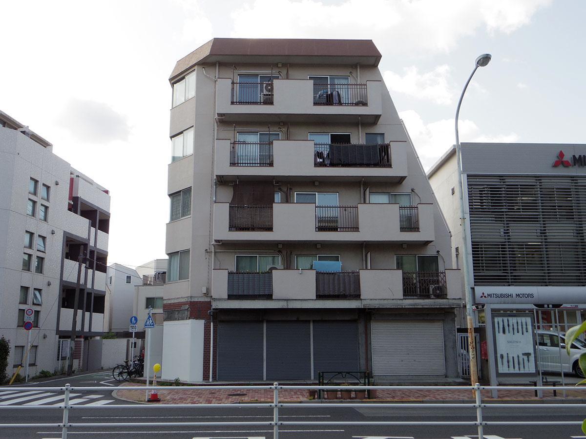 建物は目黒通り沿いに立つ、レトロなマンション