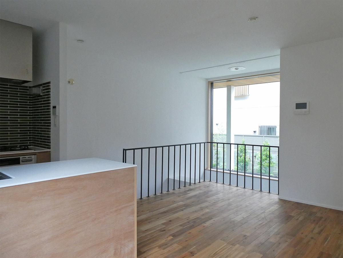 102、104号室:1階LDK。額縁のような窓と吹き抜けの空間が印象的