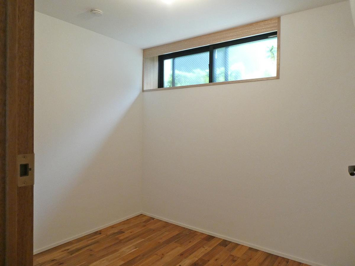 101、103号室:約4.1畳の寝室。地下は天井高約2.1mと低め