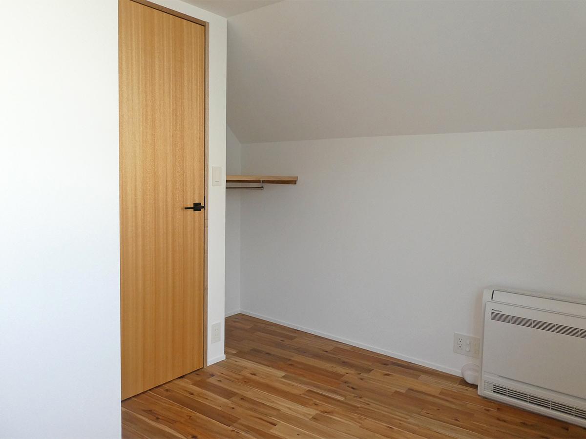 105号室:約4.2畳の寝室。天井が斜めでちょっと屋根裏感アリ