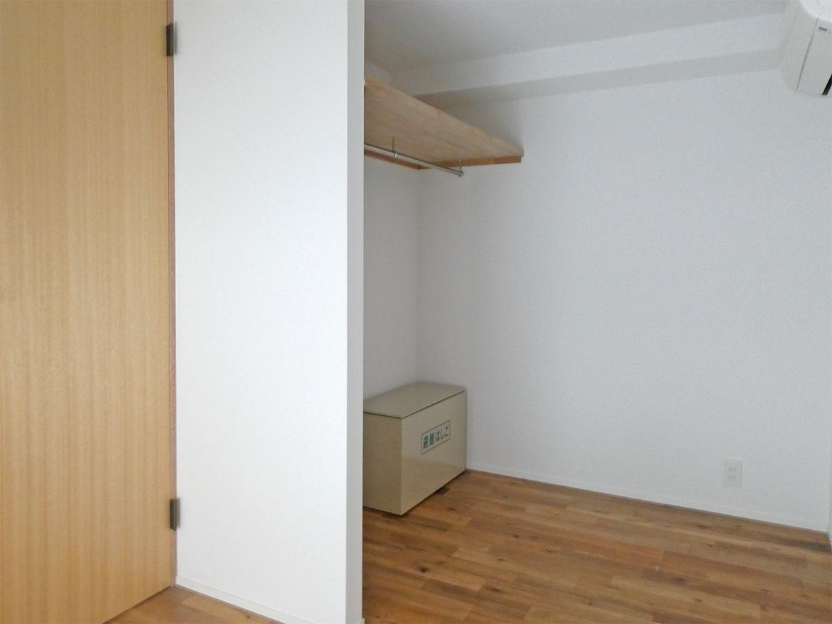 105号室:約4.5畳の寝室2。こちらは収納アリ