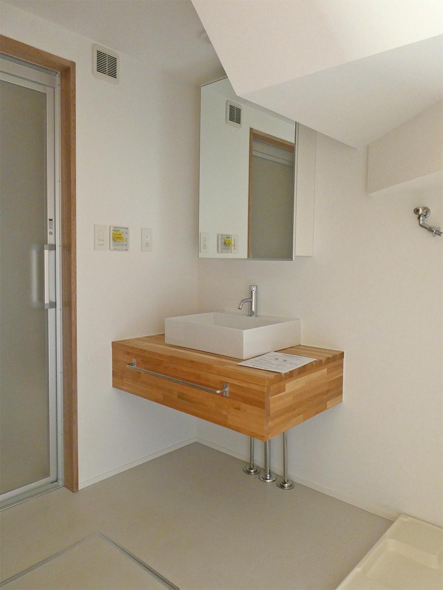 洗面。洗濯機置き場は幅60cm×奥行60cmほどのタイプ