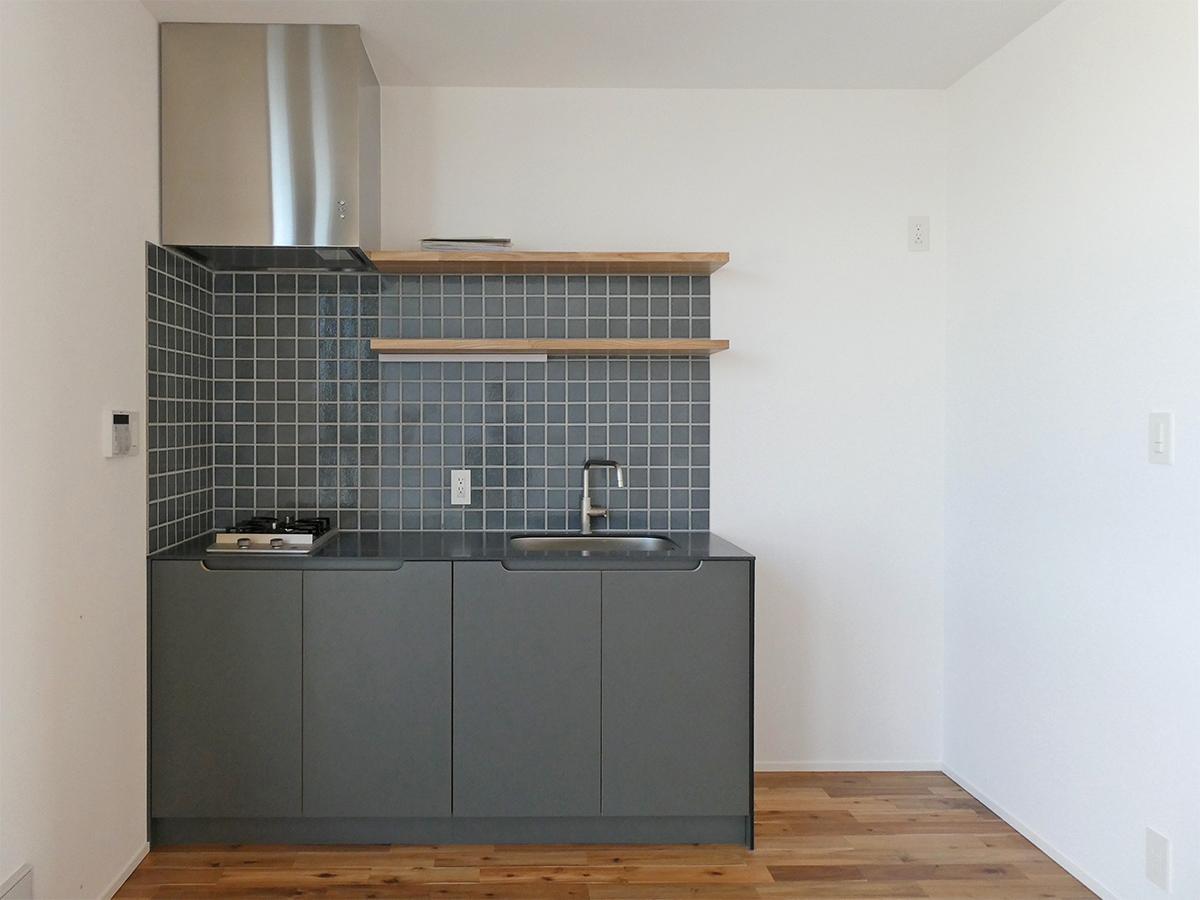 204、202号室:キッチン。冷蔵庫は