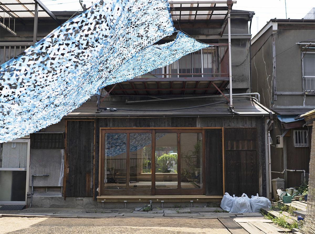 長屋の裏庭から撮影。大きな窓の左側の扉が玄関