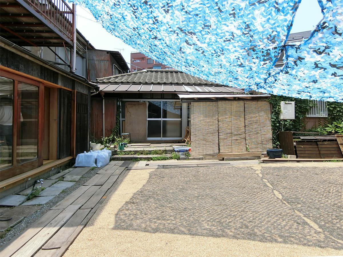 長屋裏側の庭は風通しがいいスペース。正面の建物は隣接するシェアハウス「旧邸」