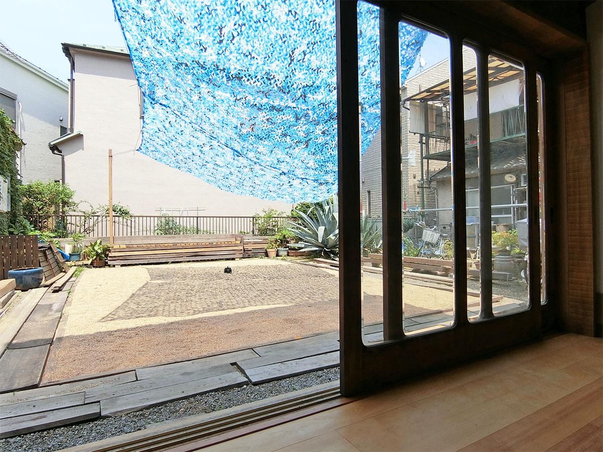 1階のイベントスペース「稽古場」から庭方向