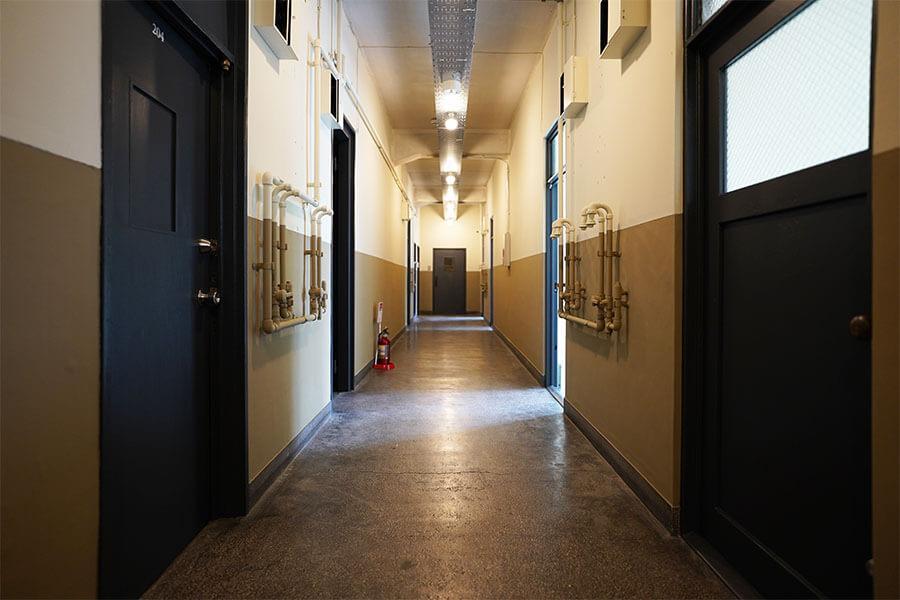共用廊下は学校みたいな雰囲気。壁は2色で塗り分け