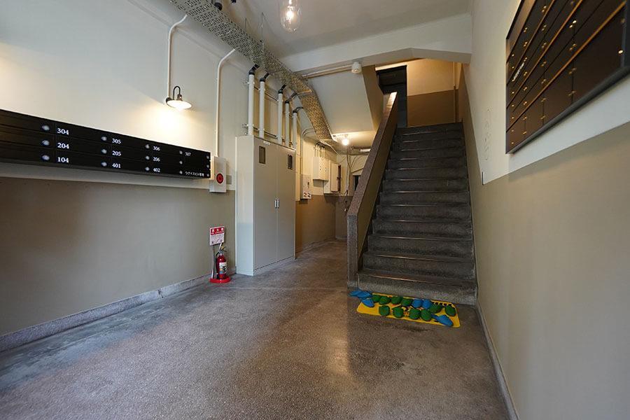 広くて明るいエントランスホール。上階へは階段で