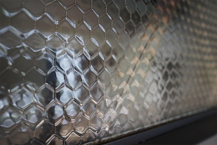扉の上部にはこのガラス。この凹凸がたまりません