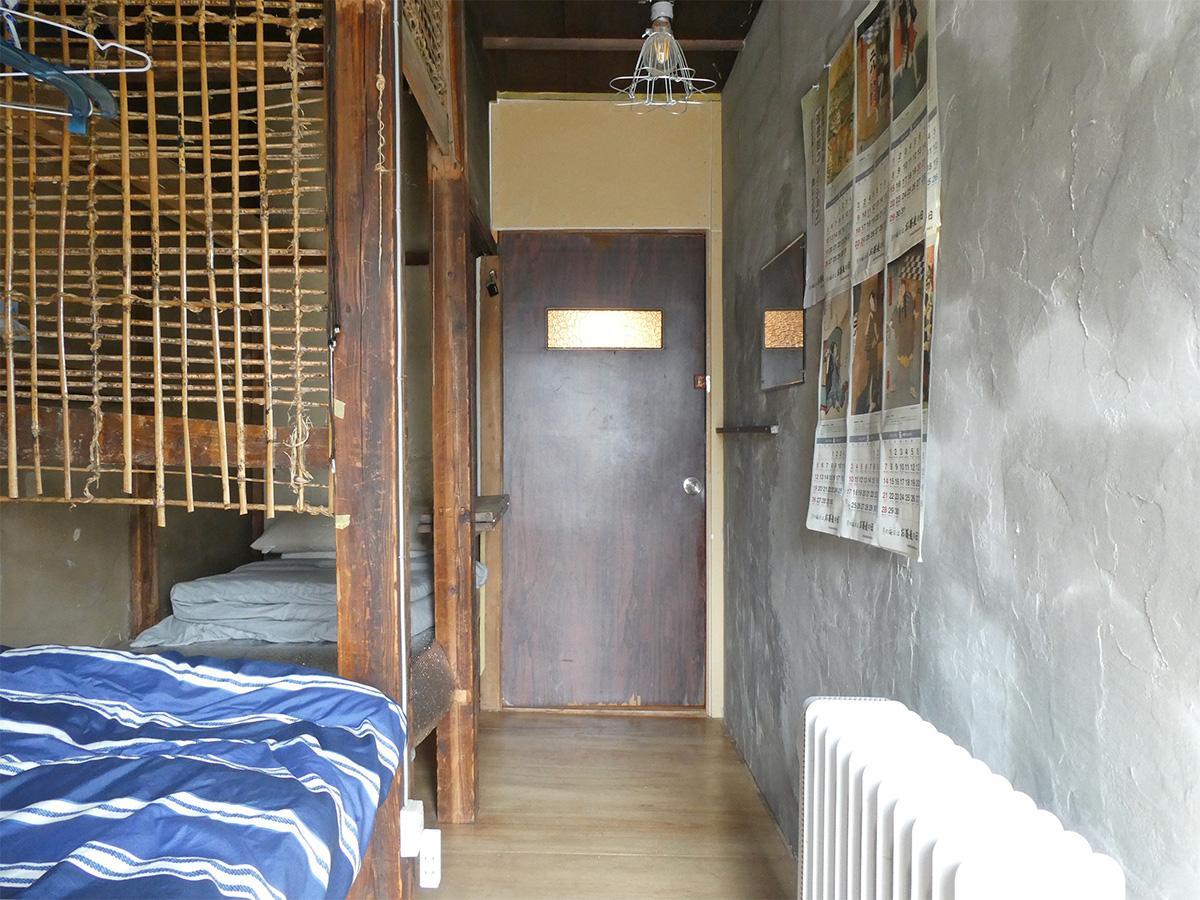 4号室を南西側から。造り付けベッドと壁の幅は約0.8m。窓付エアコン設置予定