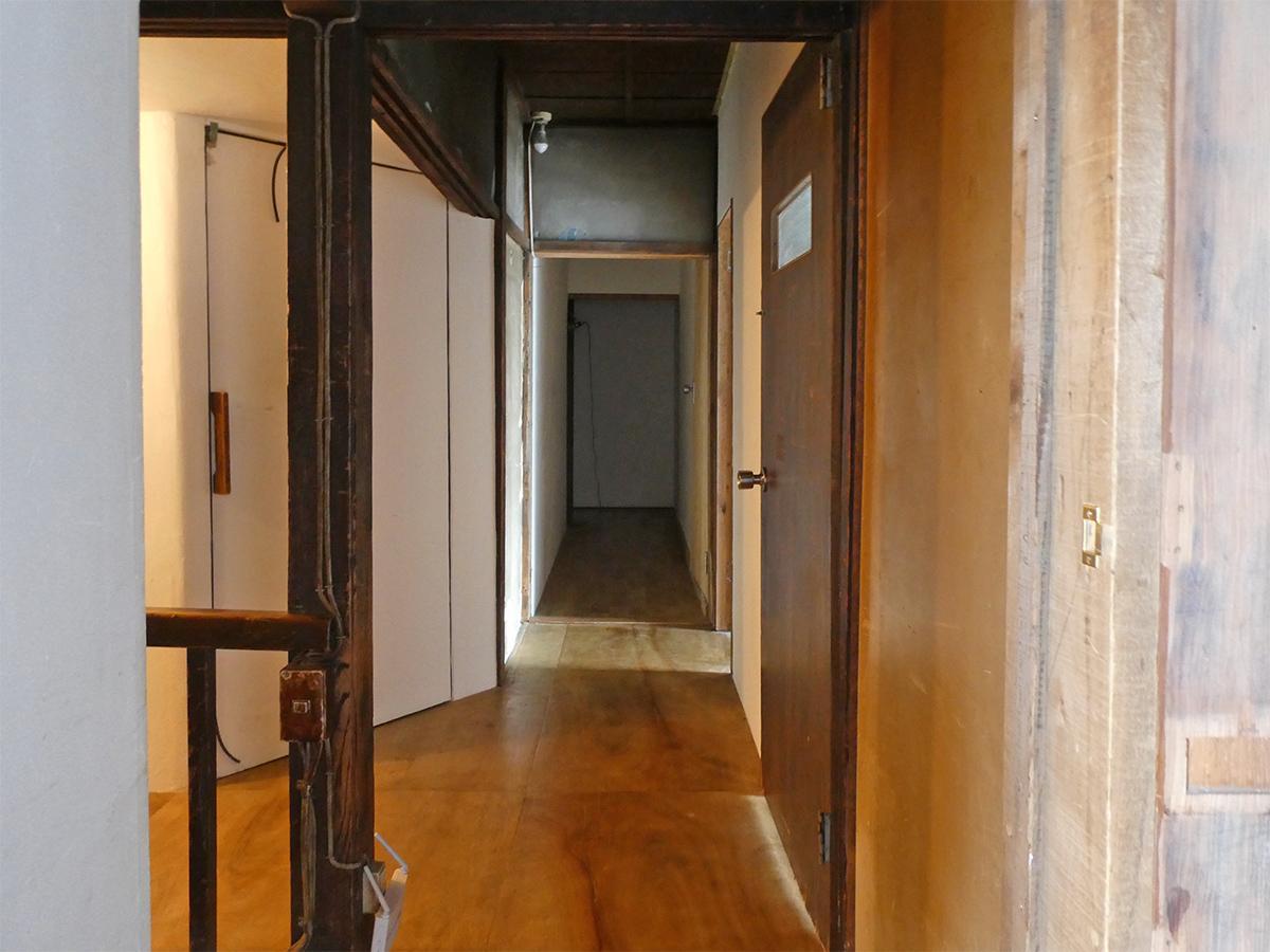 2階廊下。木材の風合いがいい