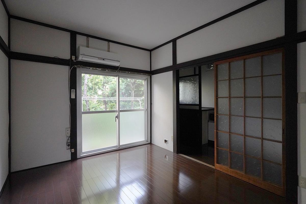 (102号室)窓からは神社の緑が見えます