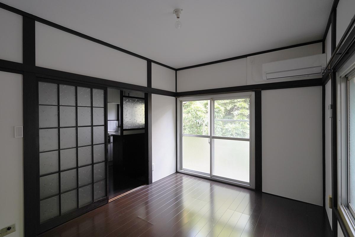 (101号室)窓からは神社の緑が見えます