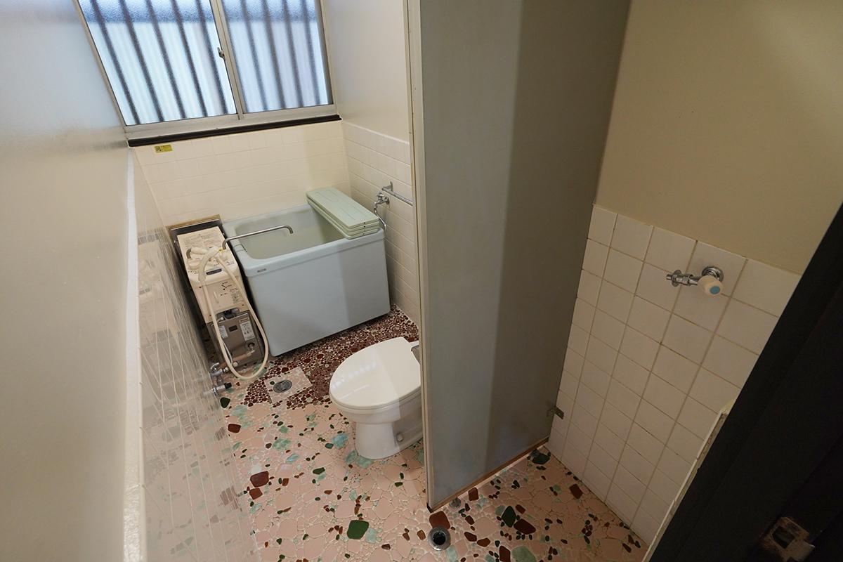 (101号室)手前に洗濯機置場、トイレはウォシュレットなし、お風呂はバランス釜です