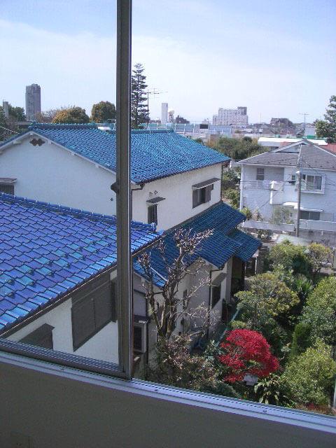 季節を感じるおとなりの庭、冬はこの方向に富士山が見えてきます