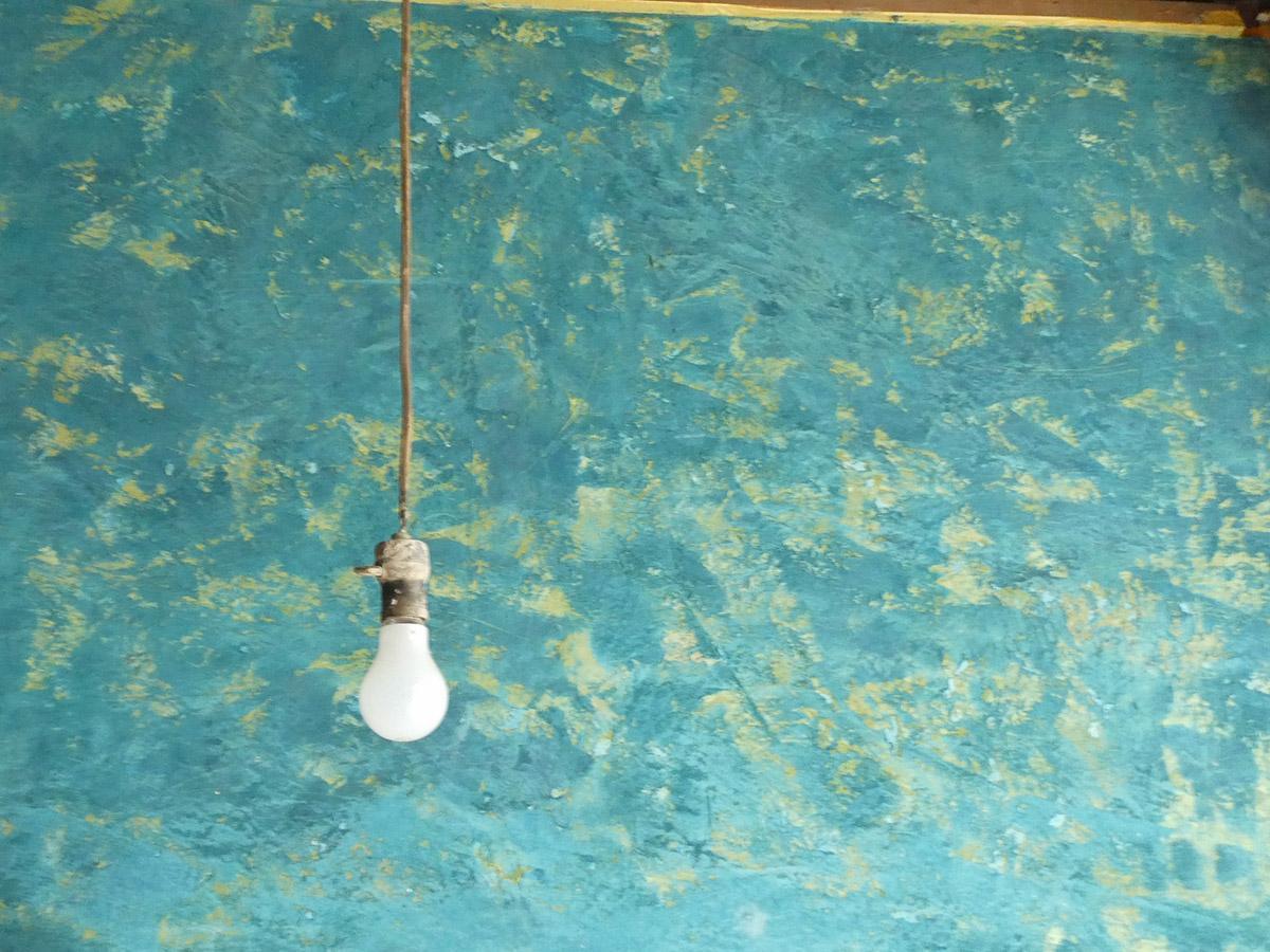油絵のようなタッチで塗られた壁。裸電球が映えます
