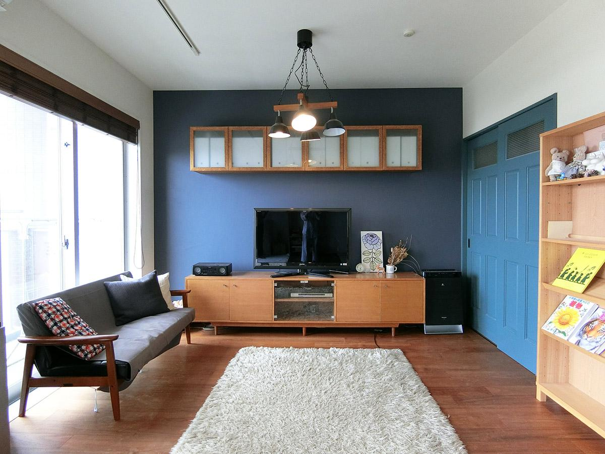 建具や壁紙は藍色で統一(正面の壁付け家具は撤去)