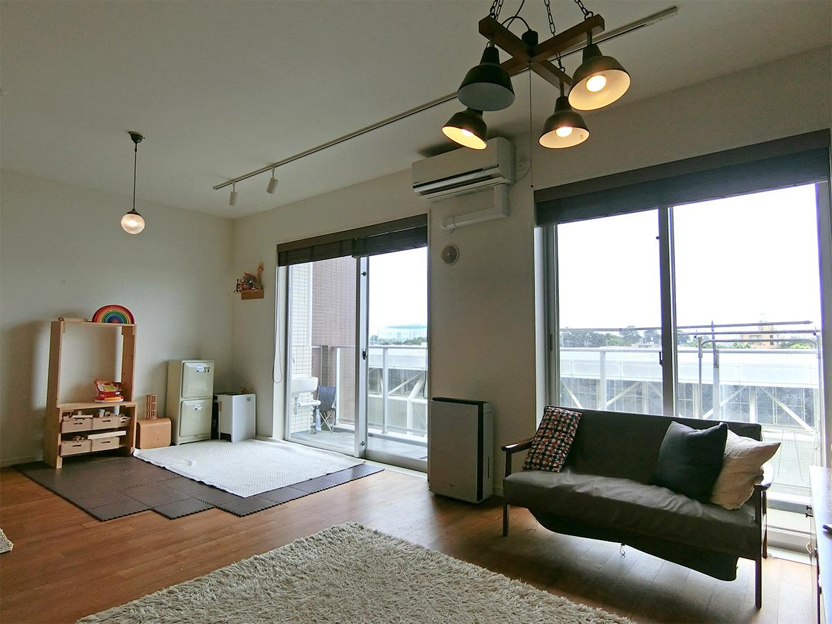 窓が大きく、室内からも眺望を楽しめます。採光面は西側