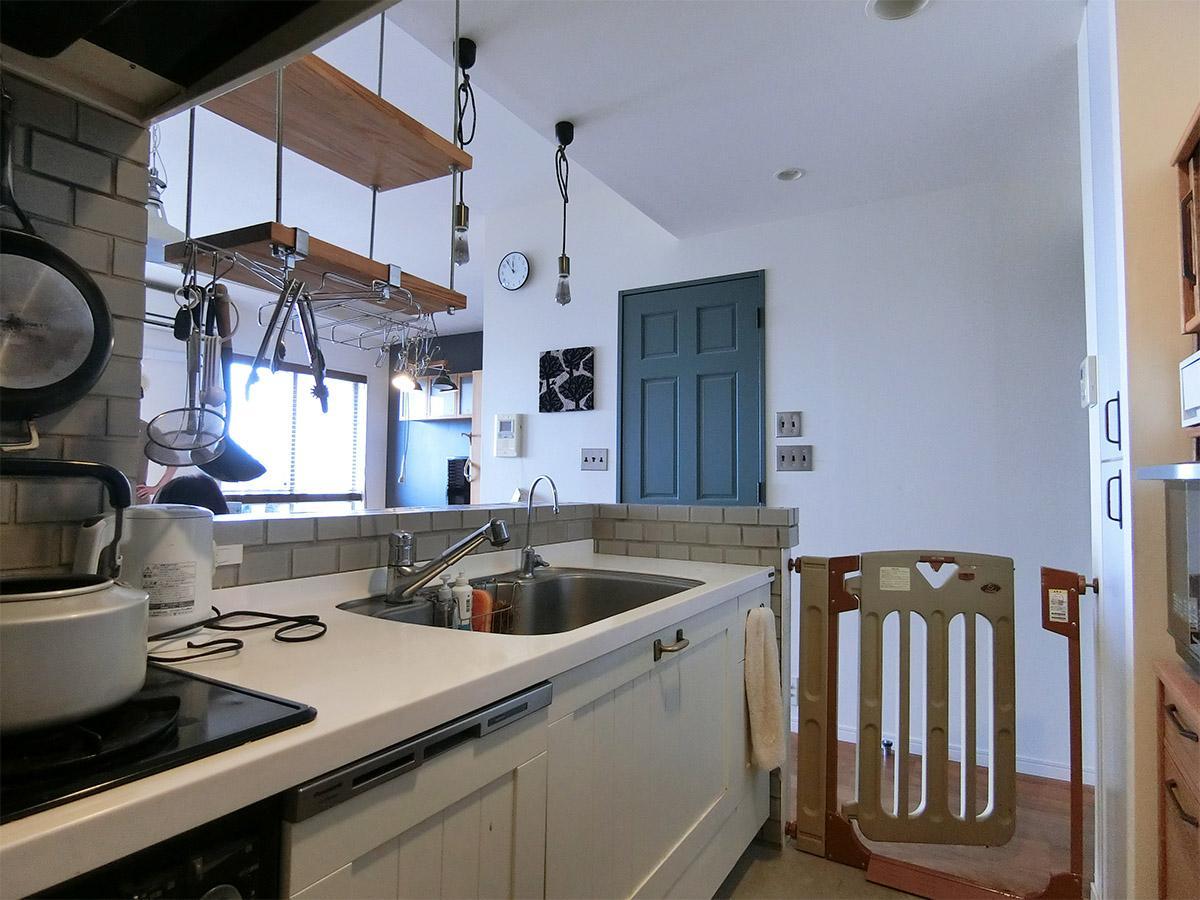 キッチンを別角度から。正面の藍色の扉を開けるとウォークインクローゼット