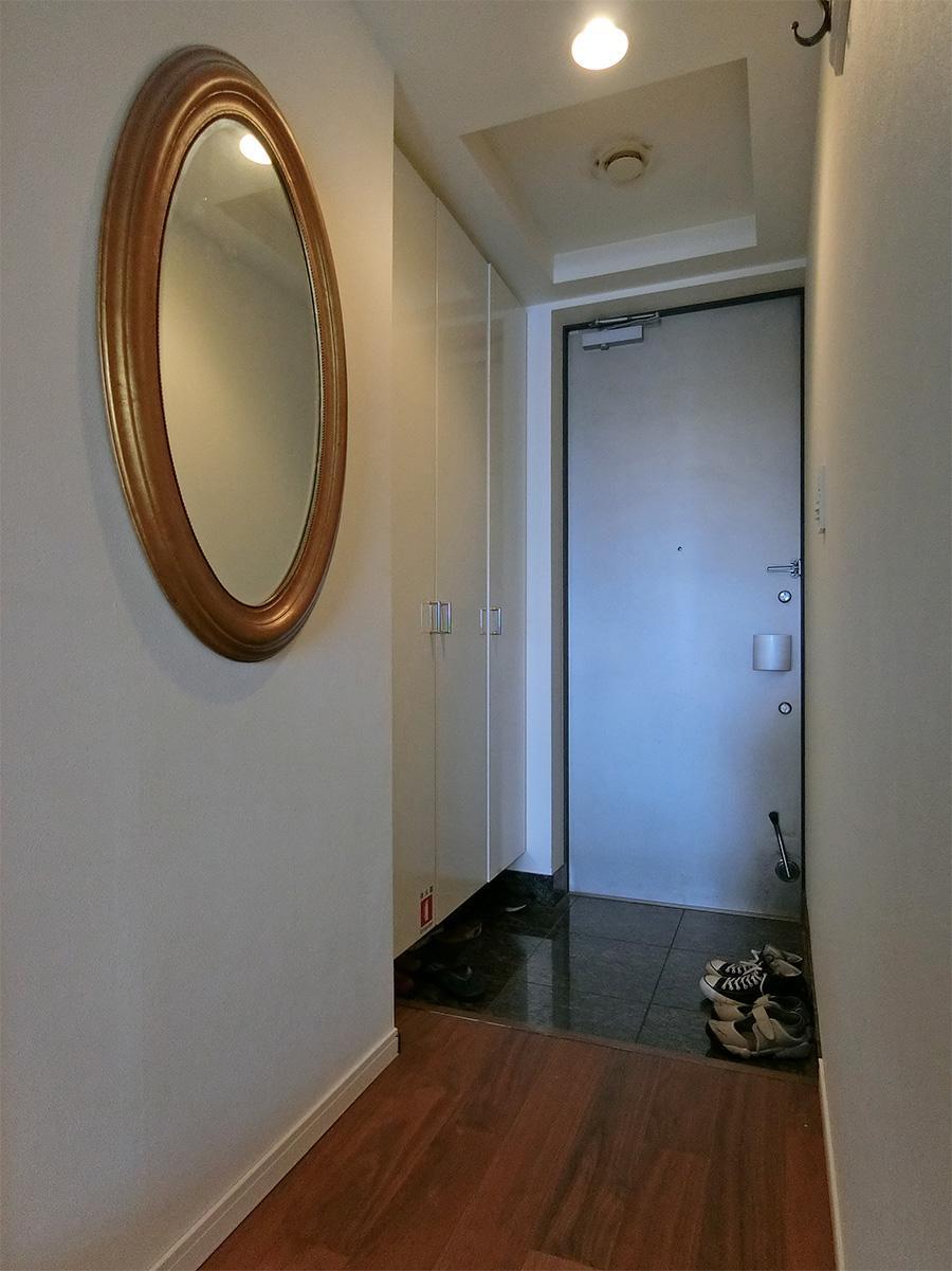 玄関部分。フローリングは既存の床に増し張り
