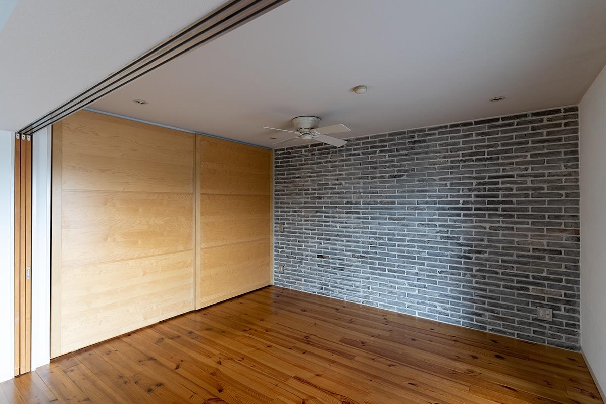 リビングと寝室の間の3枚引戸は壁にすっきりと収まります