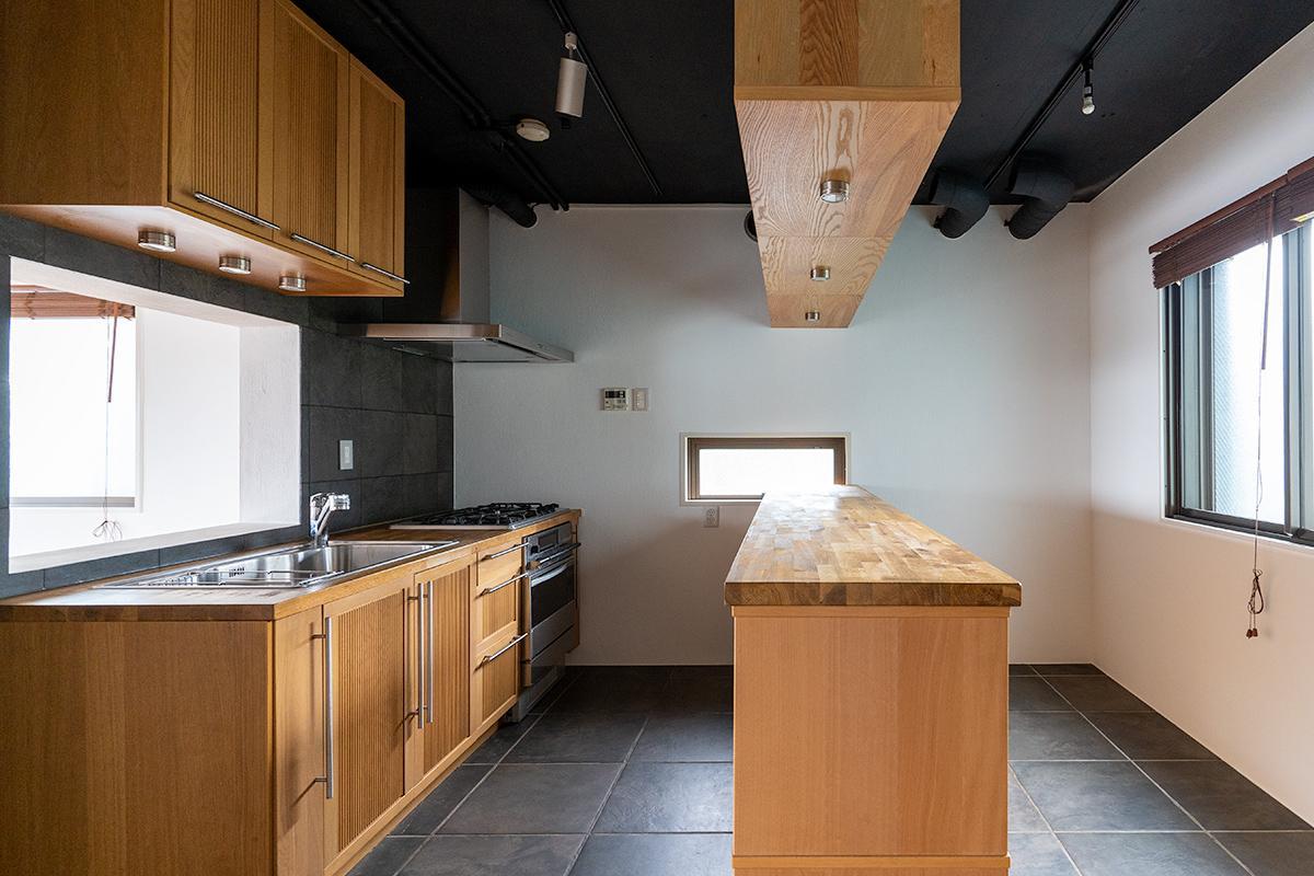 広々としたキッチン。真ん中の棚の右側は自転車やアウトドアグッズを置いたりして使えそう