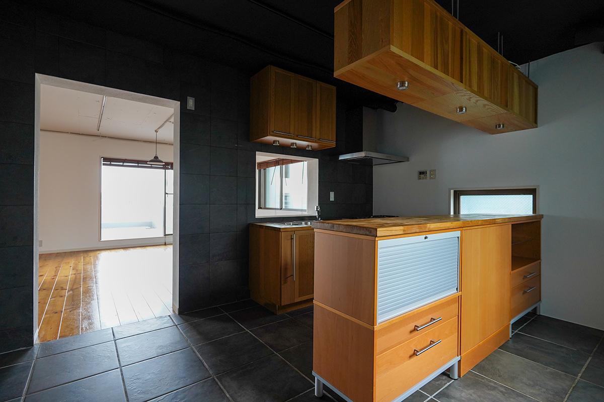 黒×茶色の色合いがカッコいいキッチン