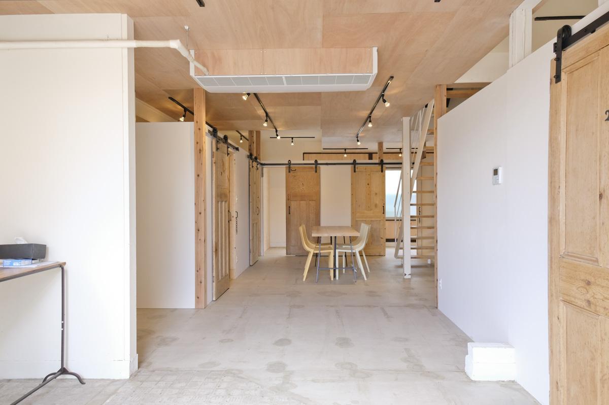 1階共用部分:床は土間にクリア塗装