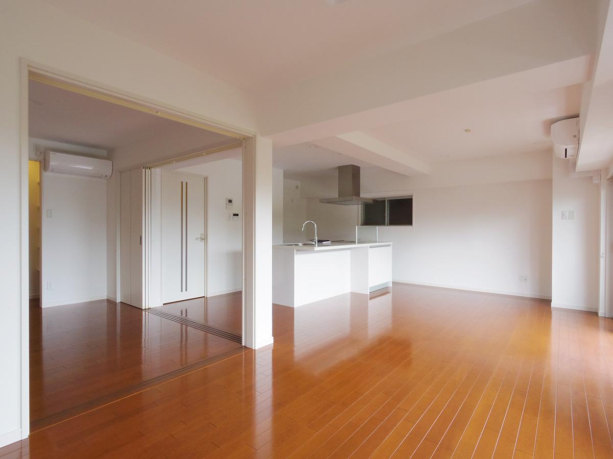 洋室の扉は2面とも大きく開く設計