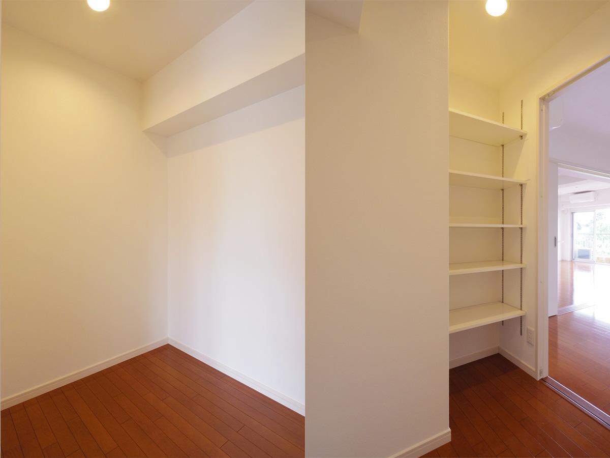 クローク。棚しか用意されていないので収納家具を持ち込んでください