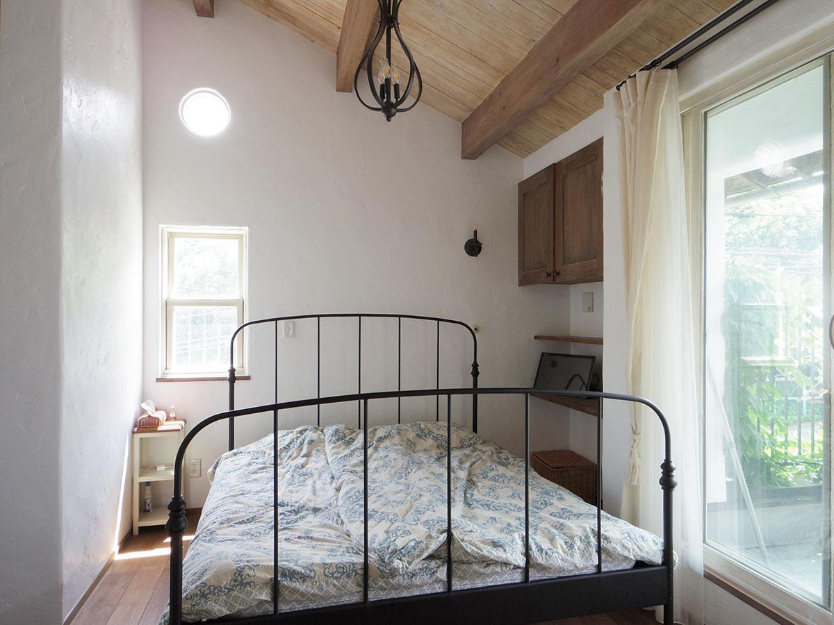 天井が高い寝室。東の窓から気持ち良い朝日が入る
