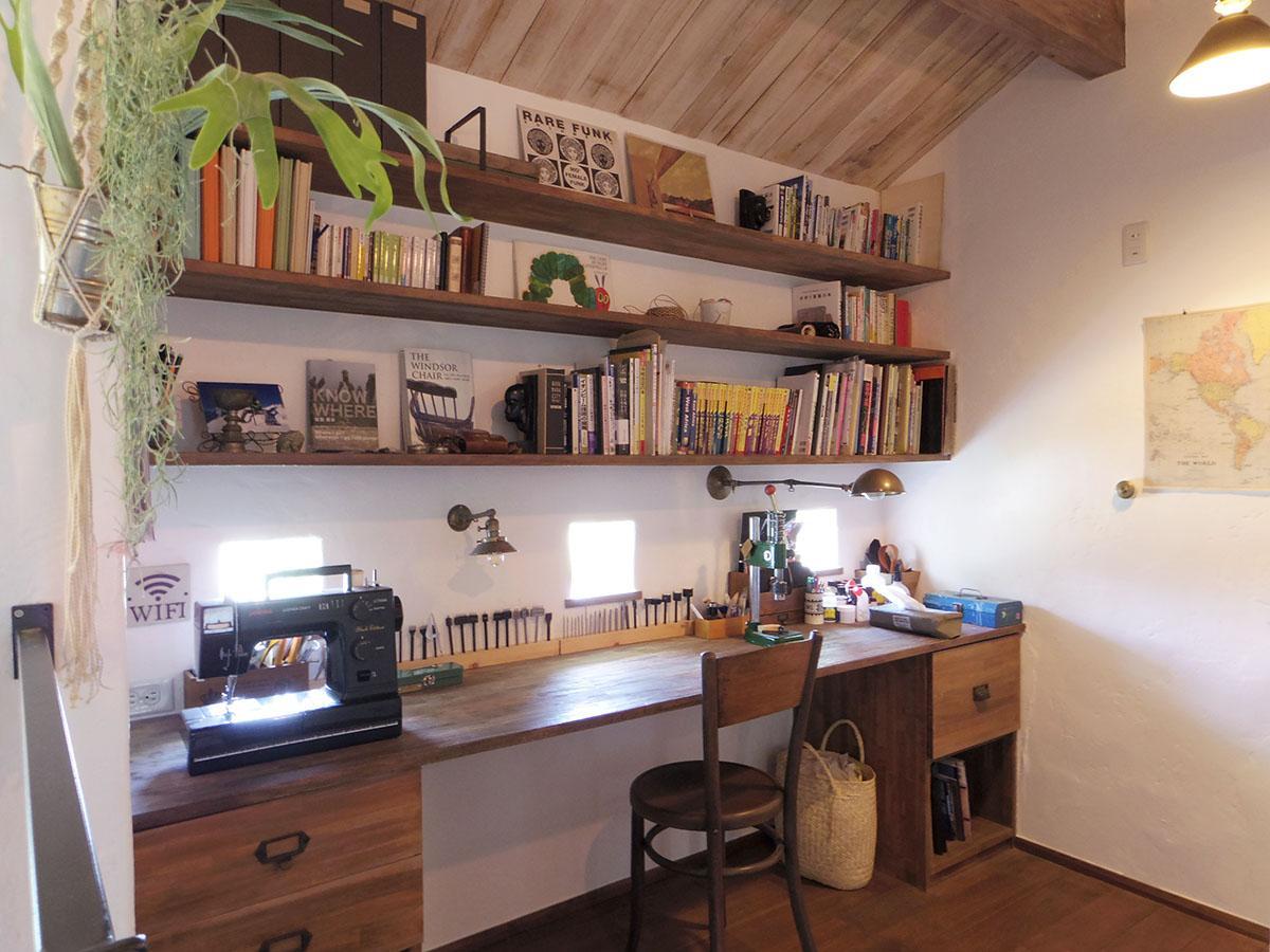 書斎スペース。たくさん物を置ける棚は便利で、小窓からは心地よい光が