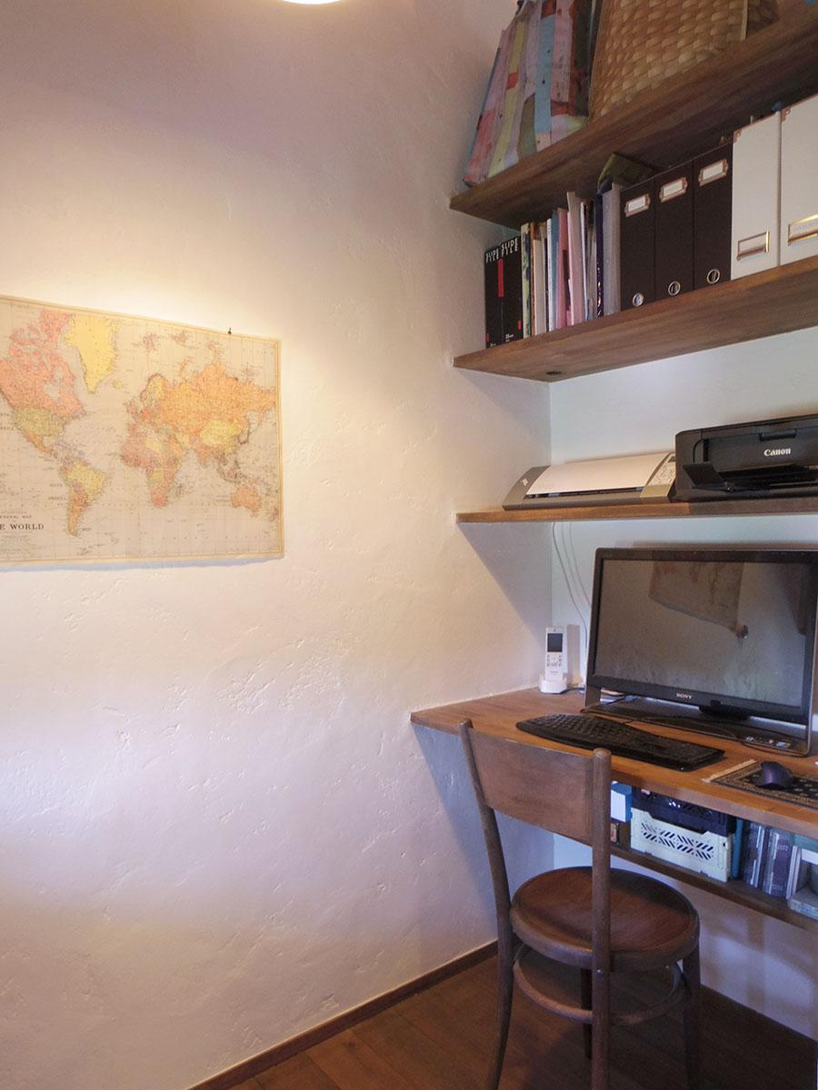 書斎スペースの大きな机の背面には、もう1カ所の書斎スペース