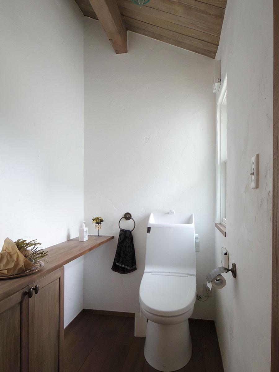 2階のトイレは広々。1階にもトイレがある