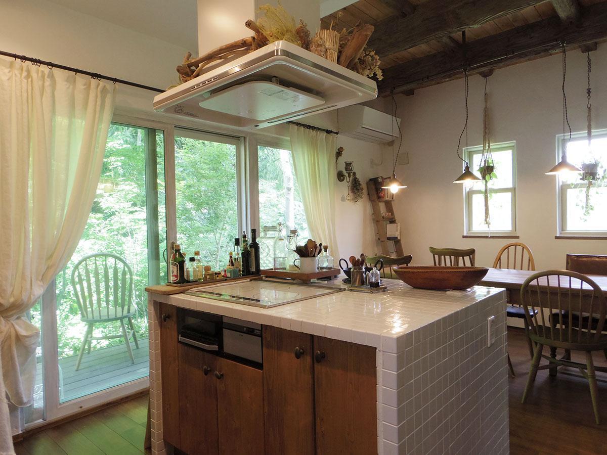 緑を眺めながら気持ちよく料理できるアイランドキッチン