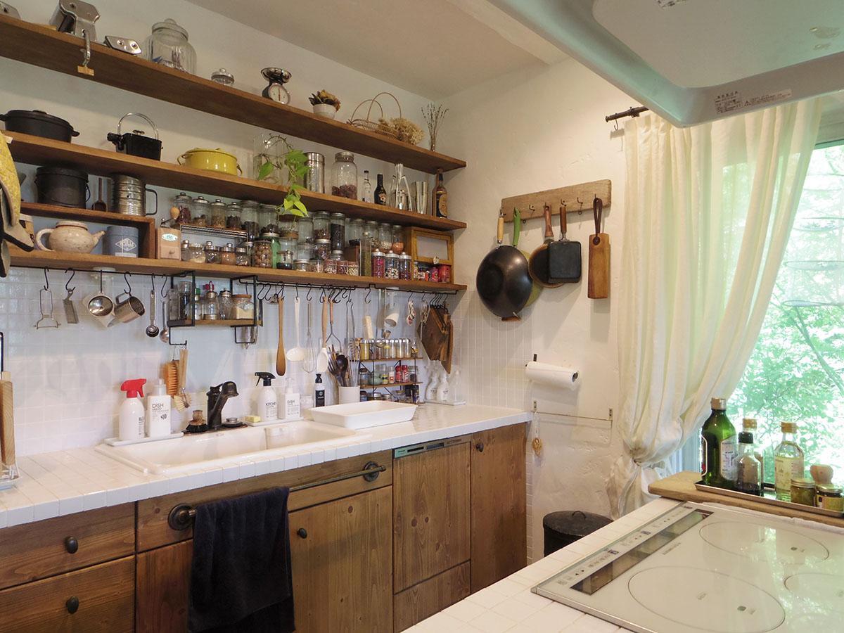 収納力もあるキッチン。食器洗浄機もちゃんと板張り