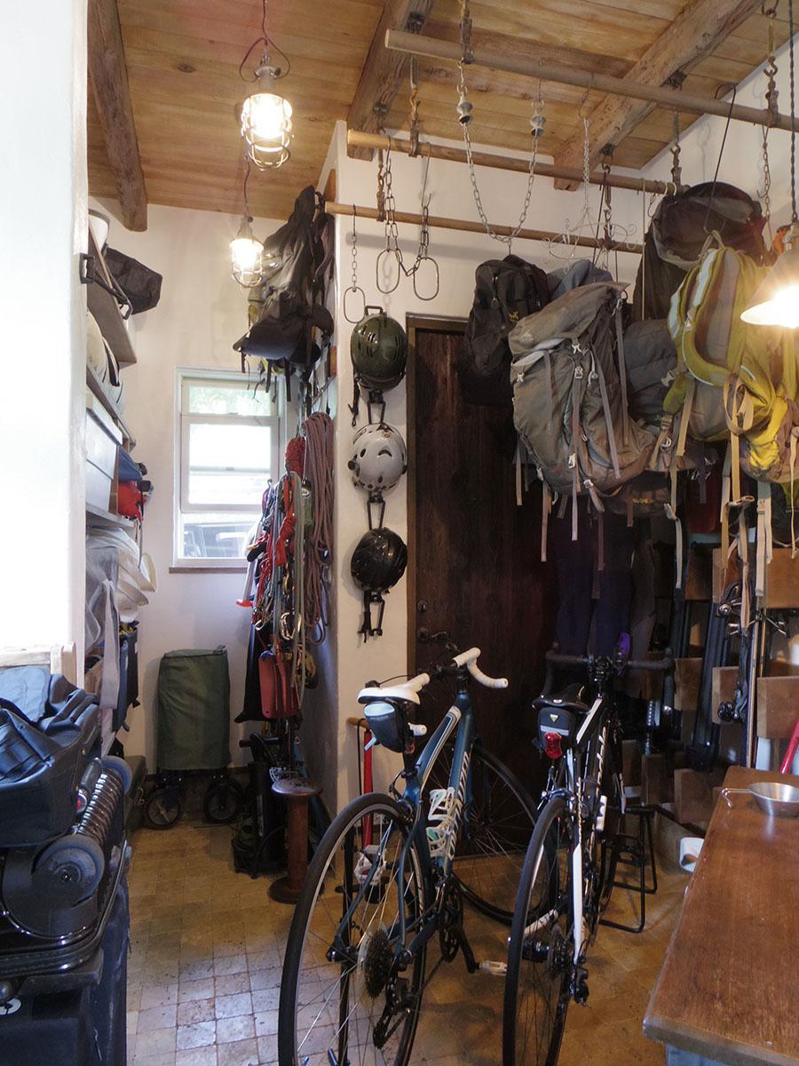 玄関に入ってすぐの収納スペース。かなりの量の荷物が収納できる