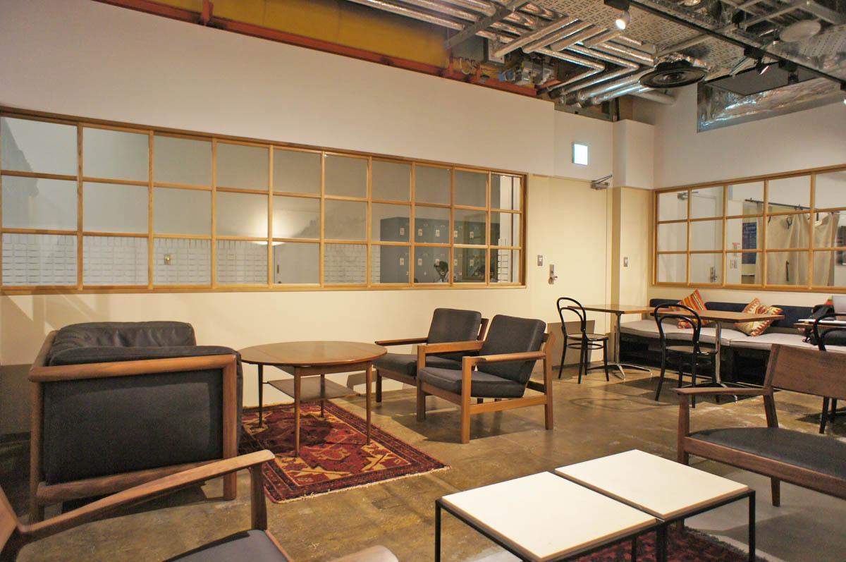 ゆったり寛ぎながら作業できるカフェ的なソファ席