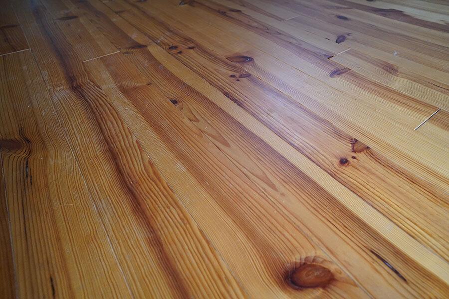 床はパイン材の無垢フローリング