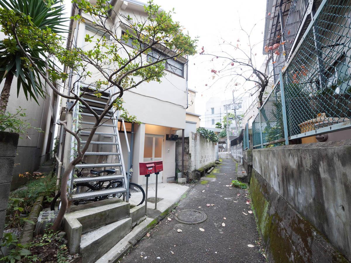 細い路地を通った先のアパート