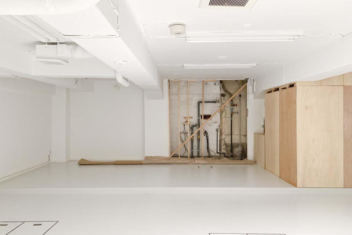 地下:正面の配管が見えている部分は壁を立ち上げ隠します(上から白塗装)
