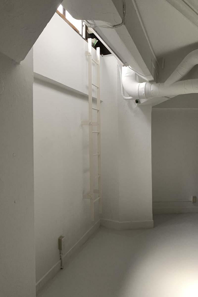 地下:1階の高さに、窓が1カ所あります