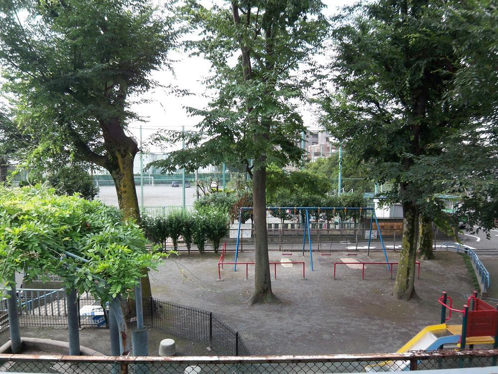 室内からの眺め(現状は木と遊具が少し少ない状態になっています)