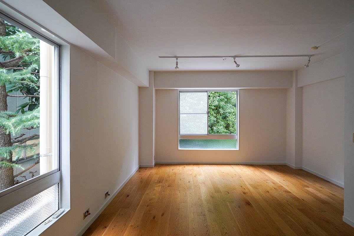 オーク×白のシンプルな室内から緑が見えます