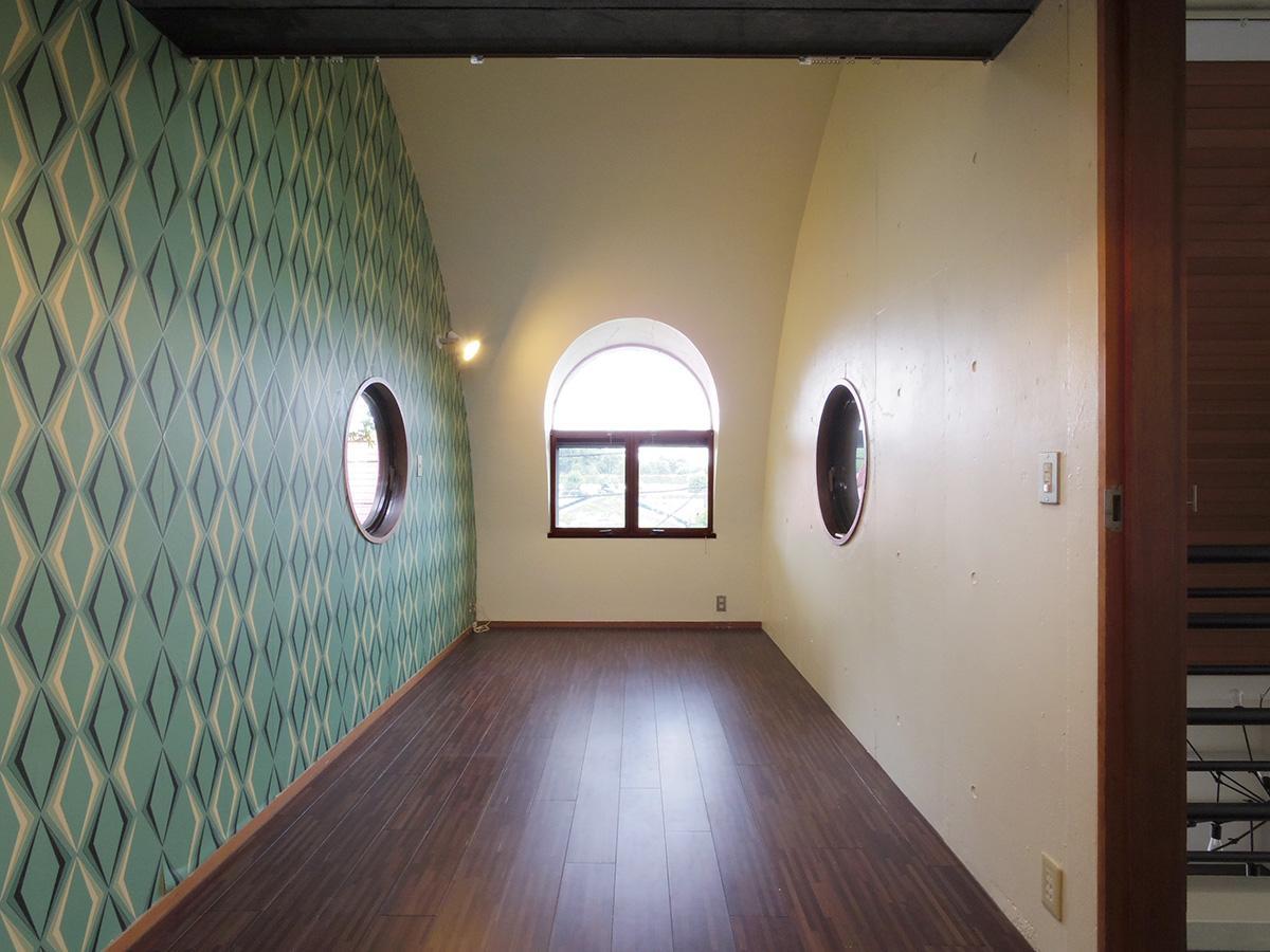 2階洋室。天体観測を行うための部屋で曲線を巧みにデザイン