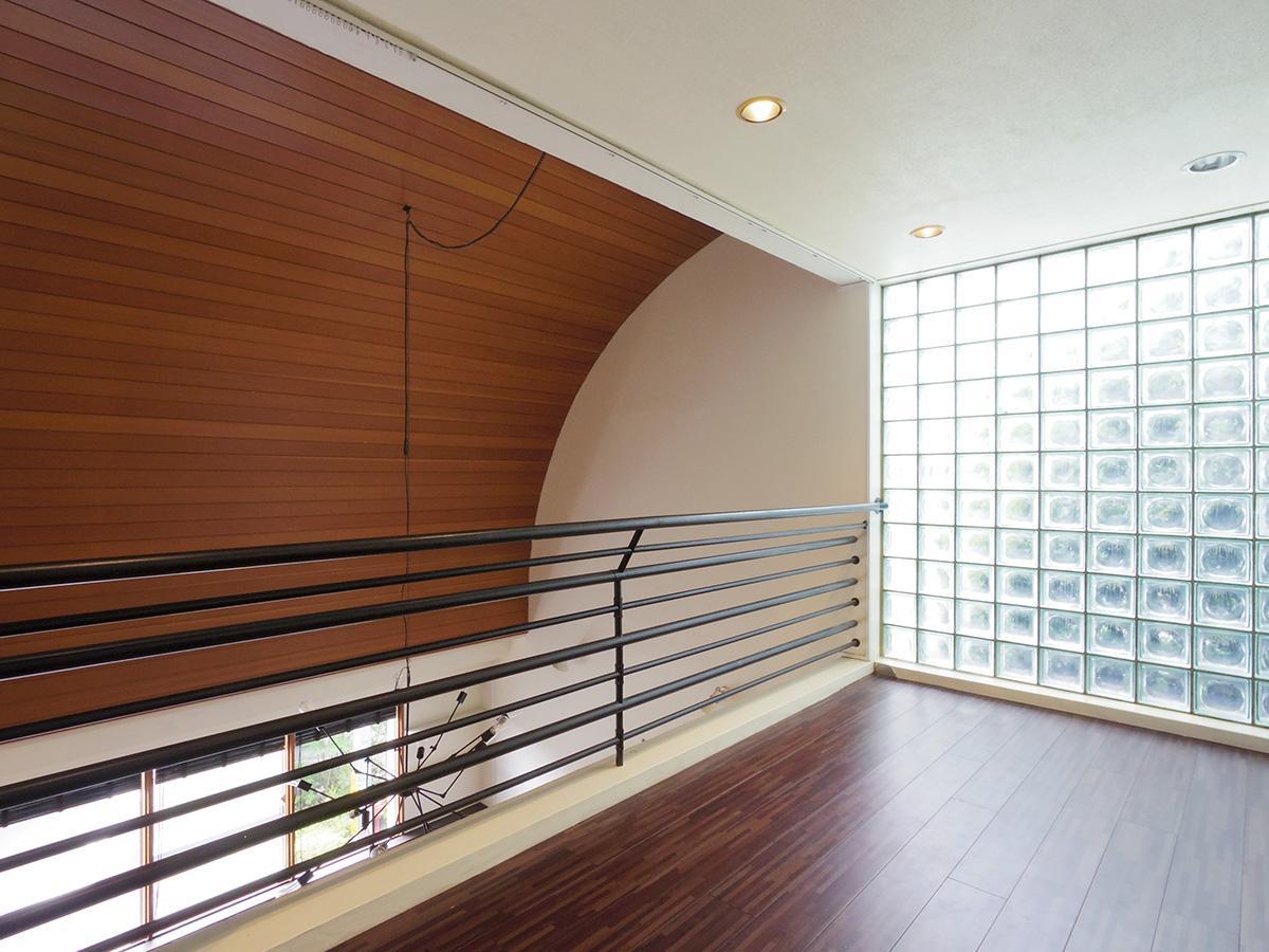 2階ギャラリー。壁面のガラスブロックは光を透過させる