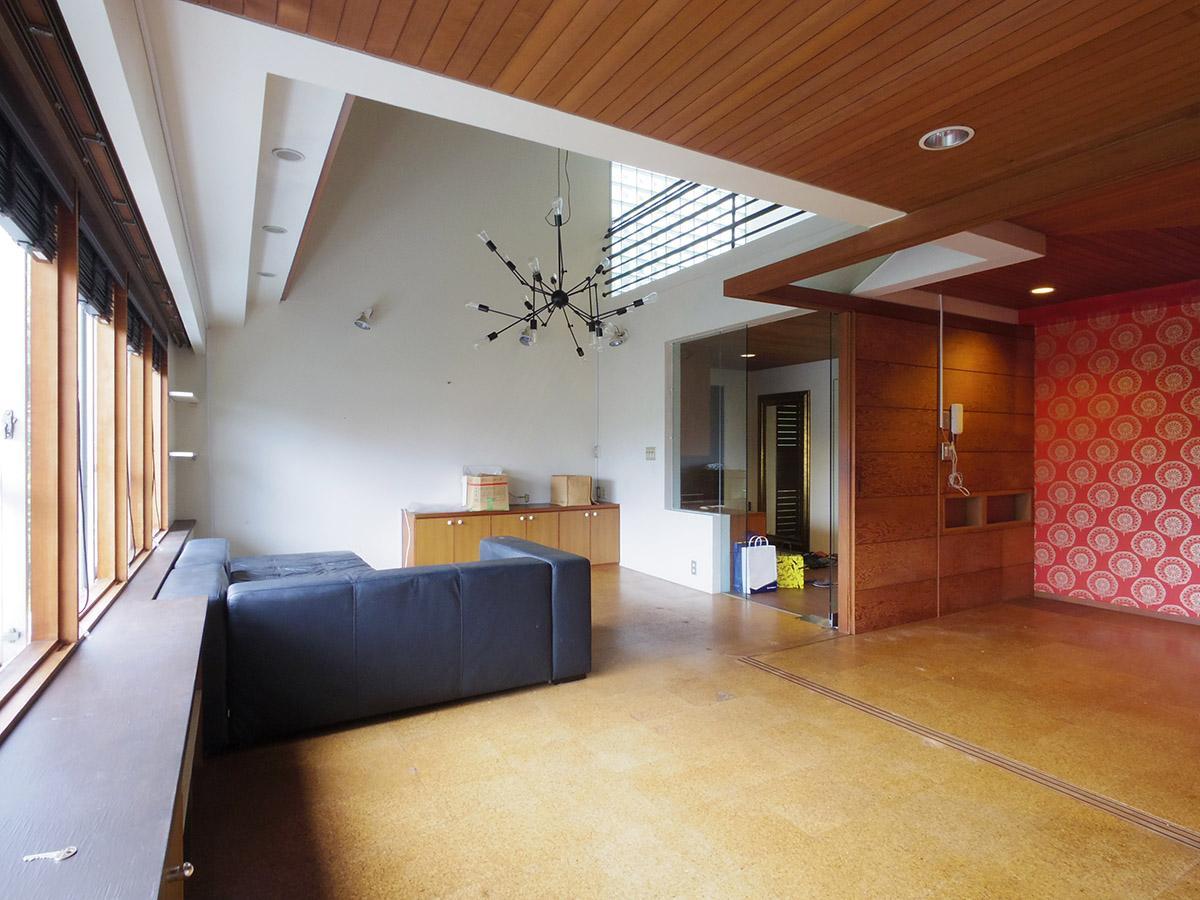 2階ギャラリーのガラスブロックからも光が差し込み明るい居間