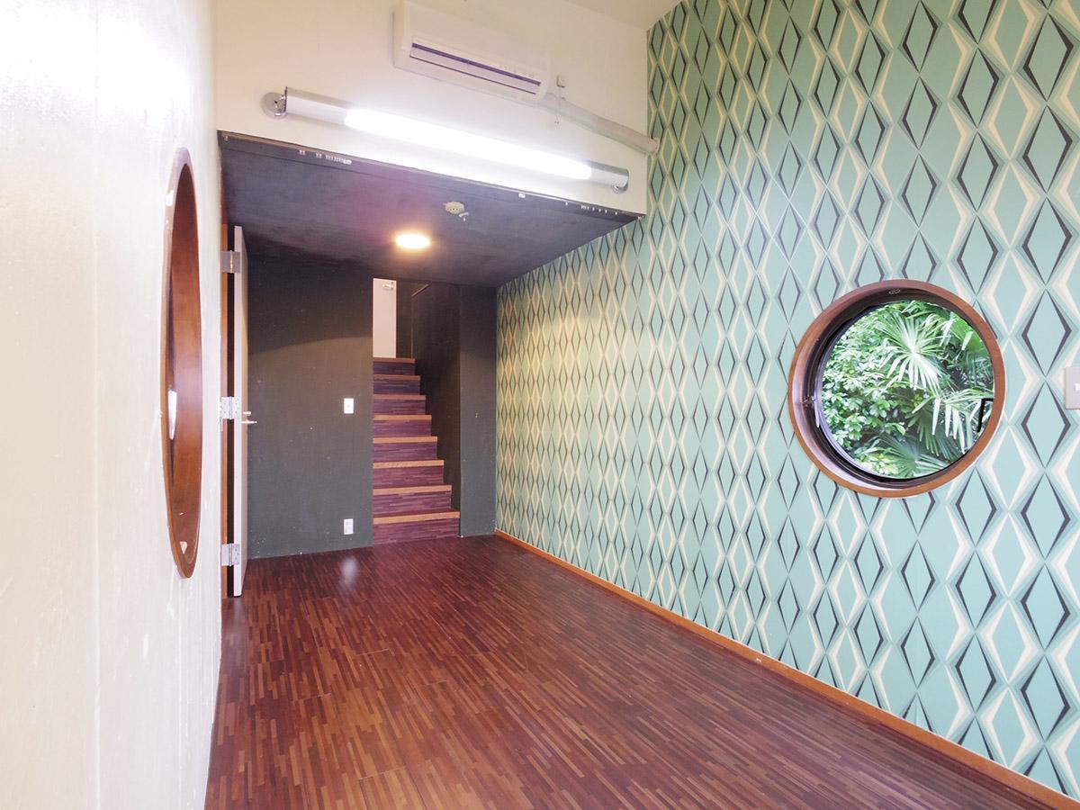 2階天体観測を行う部屋。奥の階段を上ると中3階の洋室