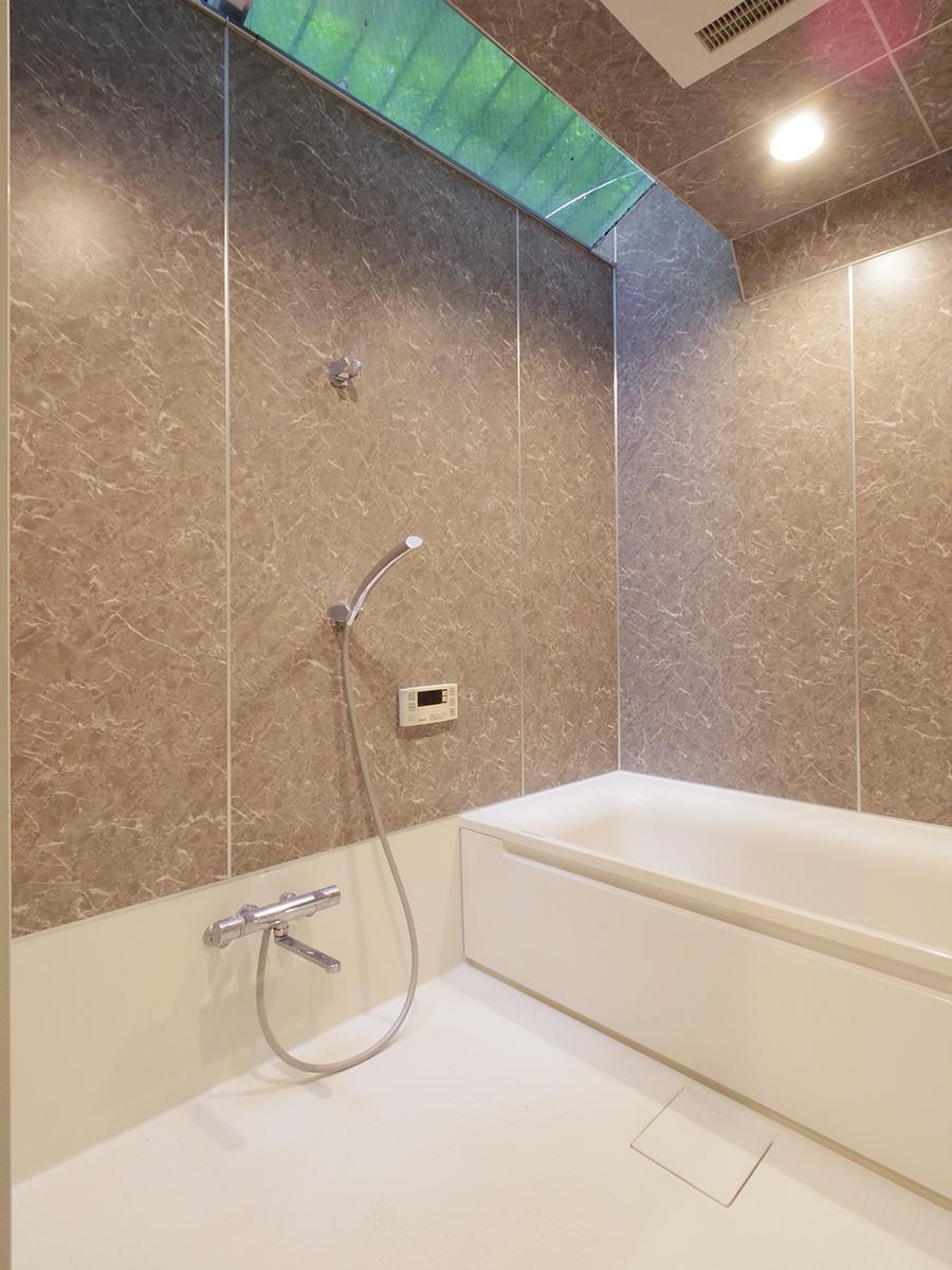 森林浴を楽しめる広い浴室