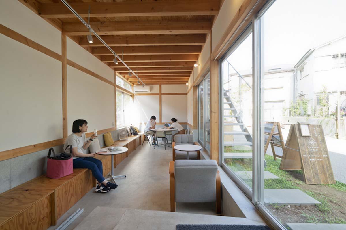 HOUSE:キッチンに付随する交流スペース(©︎Hajime Kato)